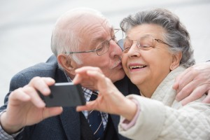 Heutige Smartphones können mehr als nur telefonieren - gemeinsame Fotos aber auch Bankgeschäfte können getätigt werden