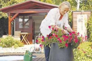 Die Gartensaison beginnt: Stehende und kniende Tätigkeiten sollten sich dabei abwechseln, das schont die Gelenke. Foto: djd/CH-Alpha-Forschung/sepy-Fotolia