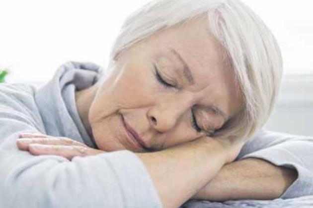 Fast 40 Prozent der über 65-Jährigen leiden unter Schlafstörungen - die Folge ist oftmals eine quälende Tagesmüdigkeit. Fotos: djd/Neurexan/Getty